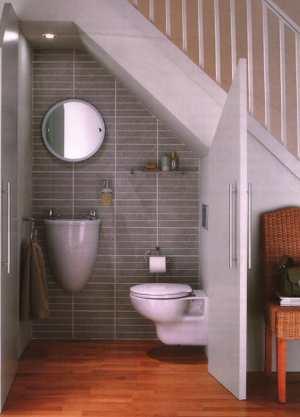 baño bajo la escalera